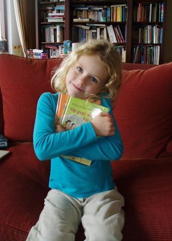 Gelukkig met haar boekjes