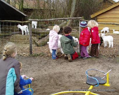 Op de geitenboerderij met thuisonderwijskinderen